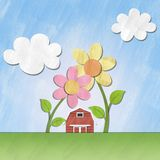 Une petite maison rouge sous la fleur le jour ensoleillé Photo libre de droits