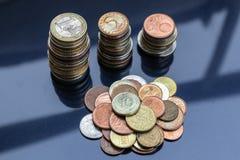 Une petite montagne des pièces de monnaie de différents pays et de trois tours des pièces de monnaie photo libre de droits