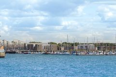 Une petite partie de la marina de la ville de Dunkerque avec quelques bateaux à voile amarrés Photo stock