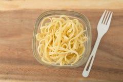 Une petite partie de pâtes de linguini dans un verre Photo libre de droits