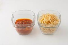 Une petite partie des pâtes de linguini et de la tomate de pâtes Images stock