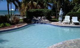 Une petite piscine et secteurs de massage photo stock
