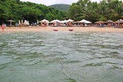 Une petite plage dans une baie tranquille Images stock