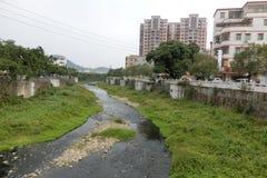 Une petite rivière à la ville Chine de Zhenlong Image stock