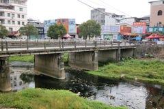 Une petite rivière à la ville Chine de Zhenlong Photo stock
