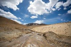 Une petite rivière sauvage dans les hautes terres du Thibet Images libres de droits
