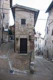 Une petite rue à Urbino Images libres de droits