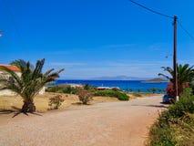une petite rue vers la mer en Grèce image libre de droits