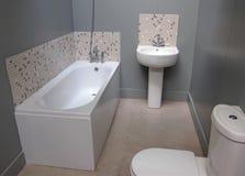 Une petite salle de bains moderne. photo libre de droits