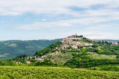 Une petite ville antique sur une colline, vue inférieure Images libres de droits