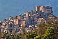 Une petite ville autour du château photos libres de droits