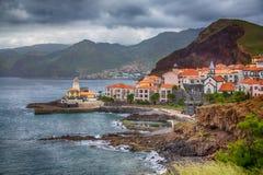 Une petite ville dans la baie d'océan au pied des montagnes Photos libres de droits