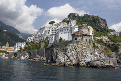 Une petite ville dans les montagnes sur une île en mer Photo libre de droits