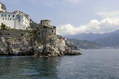 Une petite ville dans les montagnes sur une île en mer Photos libres de droits