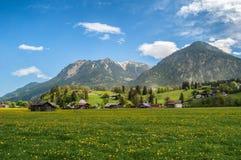Une petite ville dans une vallée de montagne images libres de droits