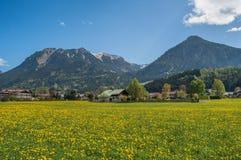 Une petite ville dans une vallée de montagne photographie stock