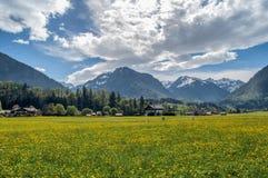Une petite ville dans une vallée de montagne photo libre de droits