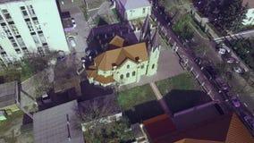 Une petite ville européenne avec une église au centre clips vidéos