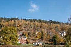 Une petite ville Graslice sur une montagne avec une forêt dans le Tchèque R photographie stock libre de droits