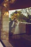 Une photo brouillée d'un couple de mariage se tenant sur le balcon Photographie stock libre de droits