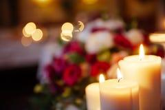 Une photo brouillée de la combustion de bougies photo libre de droits