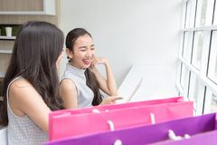 Une photo d'une jeune fille de sourire payant avec un comprimé dedans en ligne photos libres de droits