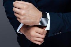 Une photo d'un plan rapproché masculin de main La montre des hommes sur le plan rapproché de main Style et succès dans la photo Image libre de droits
