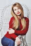 Une photo de belle fille est dans le style de mode, charme Chandail rouge Image libre de droits
