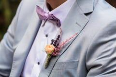Une photo de détail des mariés épousant le boutonniere photos libres de droits
