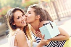 Une photo de deux amie faisant un cadeau d'anniversaire de surprise Photos stock