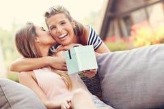 Une photo de deux amie faisant un cadeau d'anniversaire de surprise Image libre de droits
