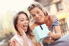 Une photo de deux amie faisant un cadeau d'anniversaire de surprise Photo libre de droits