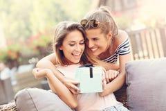 Une photo de deux amie faisant un cadeau d'anniversaire de surprise Photo stock