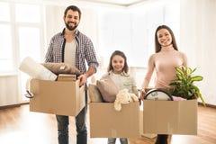 Une photo de famille où tout le monde tient une boîte de substance différente dans leurs mains Ils se tiennent dans un vide Image stock