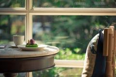 Une photo de foyer sélectif d'une tasse de café sur la table près de t Image stock