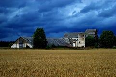 Une photo de maison de l'URSS et d'un champ, Estonie image libre de droits
