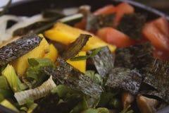 Une photo de plan rapproché de poussée avec la tomate, tranches de shiitaké et ciboulette Images stock