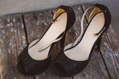 Une photo des chaussures à talons hauts des chaussures des belles femmes de mode image stock