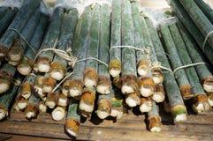 Une photo du riz en bambou sur la table en bambou Photographie stock libre de droits