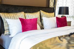 Une photo intérieure de la chambre à coucher principale avec la couleur rouge et d'or Images stock