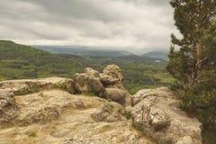 Une photo pittoresque de l'état de nature devant un orage dans les montagnes Photo stock