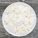 Une photo a?rienne de fromage blanc naturel frais dans une cuvette en c?ramique blanche sur la table en bois Repas sain d'eco org photographie stock libre de droits