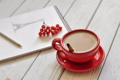 Une photo romantique avec une tasse de café, un dessin de main de Tour Eiffel dans un carnet à dessins, un congé d'automne et des Images libres de droits