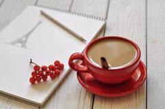 Une photo romantique avec une tasse de café, un dessin de main de Tour Eiffel dans un carnet à dessins, un congé d'automne et des Photos libres de droits