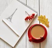 Une photo romantique avec une tasse de café, un dessin de main de Tour Eiffel dans un carnet à dessins, un congé d'automne et des Photographie stock