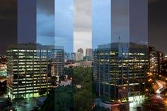 Une photographie de laps de temps d'un centre d'affaires images stock