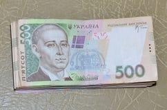 Une photographie en gros plan d'un ensemble d'argent ukrainien avec une valeur nominale du hryvnia 500, se trouvant sur une surfa images stock