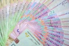 Une photographie en gros plan de beaucoup de mensonge ukrainien d'argent a arrangé sous forme de fan Fond d'image sur des affaire photos stock