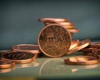 Une pièce de monnaie de cent est sur des pièces de monnaie encaissez l'euro corde de note d'argent de l'orientation cent des euro Image stock