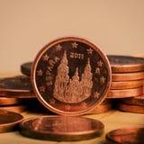 Une pièce de monnaie de cent est sur des pièces de monnaie encaissez l'euro corde de note d'argent de l'orientation cent des euro Photographie stock libre de droits